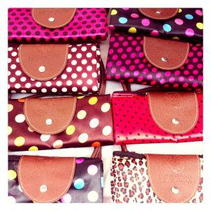 Bolas, billeteras, carteras de todos los colores abundan en las ferias callejeras y se venden por menos de 20 dólares