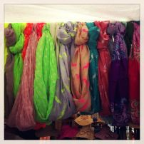 Las bufandas ahora se usan todo el año y siempre son un accesorio buscado. Aquí encuentras de todos los colores y texturas por menos de 15 dólares