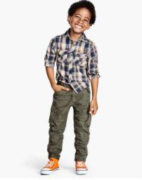 Pantalones para varones con un color y un modelo que a todas las madres nos encanta