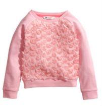 Seguramente el color favorito de tu hija es... PINK! (no?). Este suéter cuesta 20 dólares y seguro que tu hija se lo pone feliz