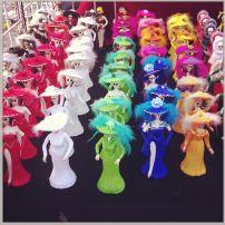 Las catrinas en fila: durante la celebración de Día de Muertos se ofrecieron catrinas en miniatura a la venta.