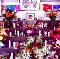 Velas, flores, fotos, pan de Muerto y chocolate: la tradicional forma de honrar a los difuntos y celebrar la vida