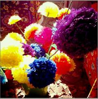 Durante la celebración se hacen talleres para enseñar a hacer coloridas flores de papel