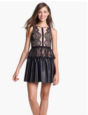 Este vestido, que cuesta más de 300 dólares, está agotado en las tiendas. En Ebay vende algunos de tallas pequeñas por 150 dólares.
