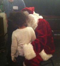 Emma y Santa en la fiesta navideña en LIC