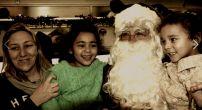 Mamá, Emma y Santa con Santa a bordo del tren