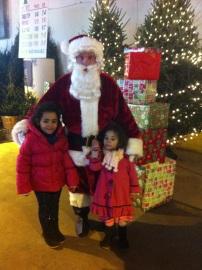 Emma y Anna con Santa en LIC Flea and Holiday Market