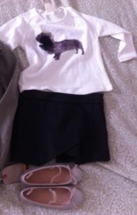 La camiseta tiene un aplique de flor y cuesta 5.99. La falda (que es short!) 5.99 y los zapatos 16.99 (shinny como les gusta a mis hijas, por supuesto)