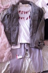 La campera cuesta 19.99 (original 55.99), el pantalón 7.99 y la camiseta 5.99 (me pondría las tres prendas si vinieran en mi talle)
