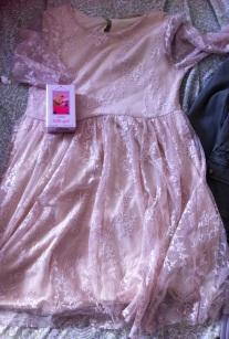 Vestido de encaje para niñas por 12.99, junto al perfume por 9 dólares. (Me encantan los vestidos de lace de Zara)